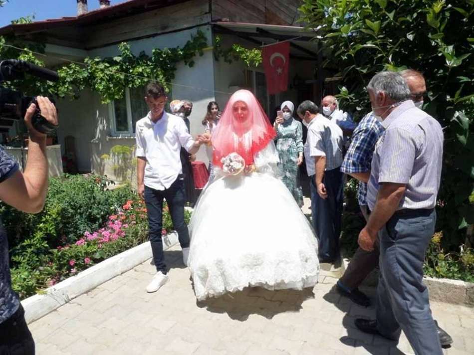 2020/07/1594487882_esra_faruk_evlendi110720_02.jpg