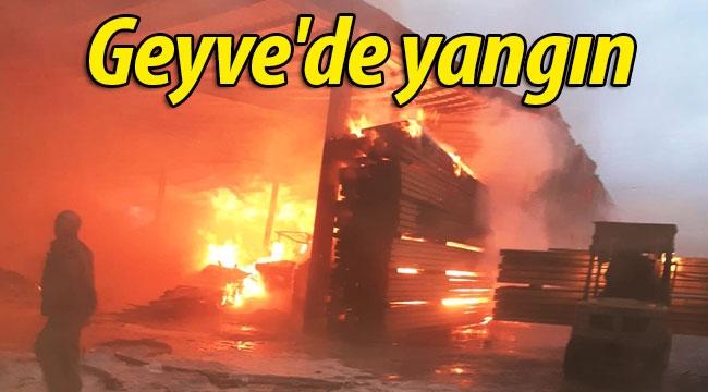 Geyve'de kereste atölyesinde yangın