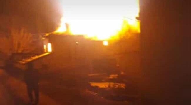 Geyve Şehren'de çıkan yangın bir evi kül etti