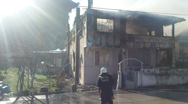 Geyve Şerefiye'de 2 katlı ev kül oldu