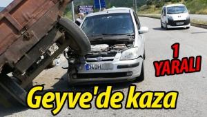 Geyve'de traktör, otomobilin üzerine çıktı: 1 YARALI