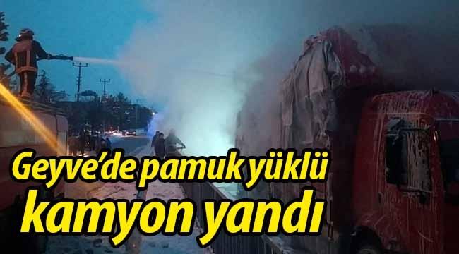 Geyve'de pamuk yüklü kamyon yandı!