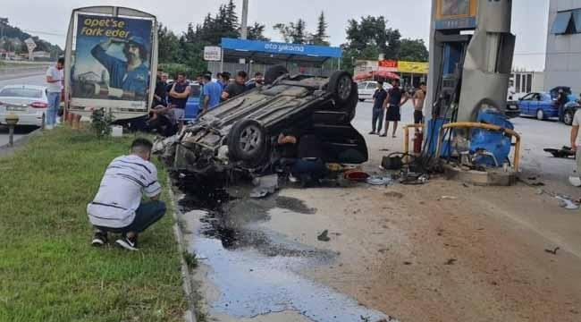 Adliye'de araç akaryakıt istasyonuna çarptı, kurbanlık etler yola saçıldı